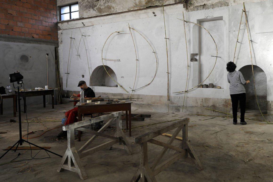"""A artista israelita Relli DeVries escreveu uma palavra (""""Medida"""", igual em português e em hebraico) nas paredes da antiga carpintaria FERNANDO VELUDO/NFACTOS"""
